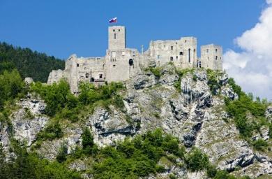 Zrekonstruowane pozostałości zamku Strečno