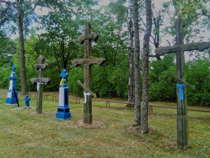 Dubicze Cerkiewne. Krzyże wotywne na terenie cerkwi Opieki Matki Bożej. Foto: Liliana Kołłątaj
