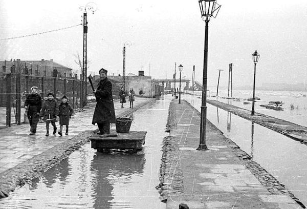 Stacja Most zalana przez Wisłę. Foto: archiwum net.