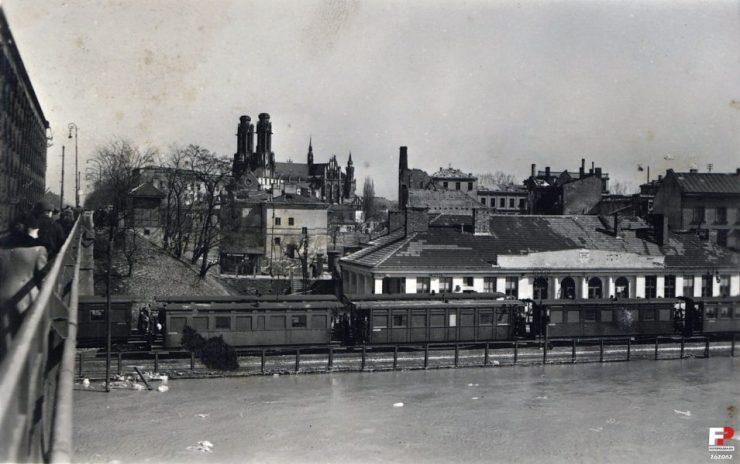 Stacja Most. W tle katedra praska z obniżonymi wieżami. Foto: archiwum Fotopolska.pl