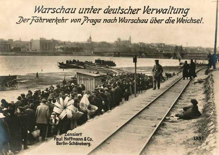 Kolejka pasażerów do promu przez Wisłę przy stacji Most. Zdjęcie niemieckie z czasów I wojny światowej
