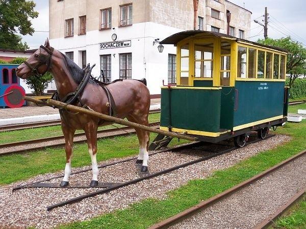 Pomnik kolei konnej w Muzeum Kolejki Wąskotorowej w Sochaczewie