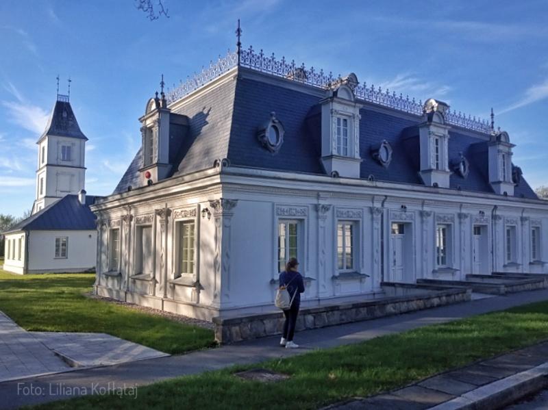 Lewa, oryginalna oficyna pałacu, po remoncie. Maj 2021. Foto Liliana Kołłątaj