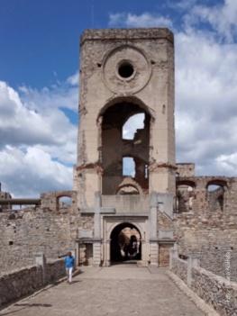 Zamek Krzyżtopór. Główna brama zamku ozdobiona herbem Ossolińskich i krzyżem.