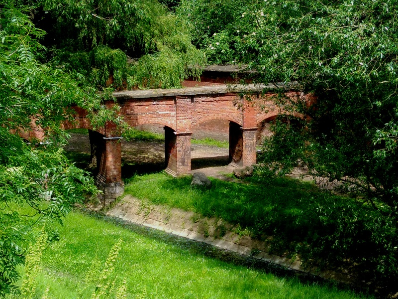 Park Fosa i akwedukt nad resztkami rzeki Drny